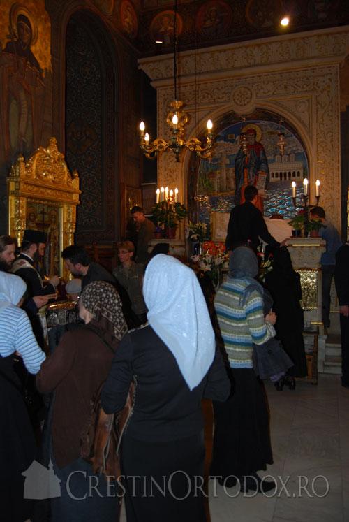 Credinciosi sarutand moastele Sfantului Grigorie Palama