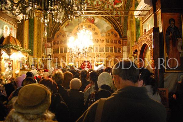 Pelerini in biserica Sfantului Mina