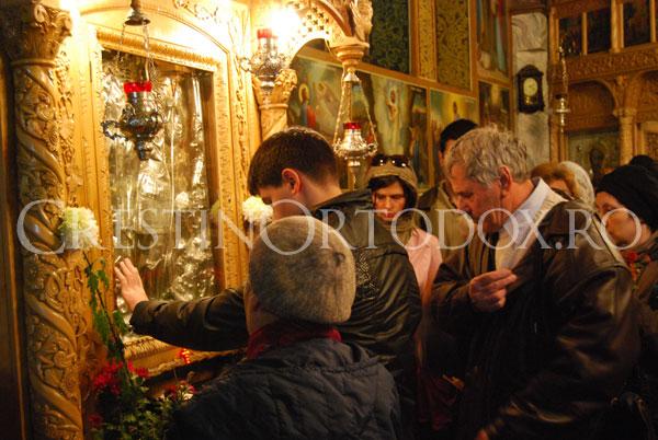 Credinciosi la icoana Sfantului Mina