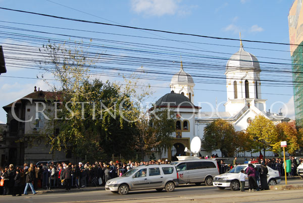 Pelerini la biserica Sfantul Mina Vergu din Bucuresti